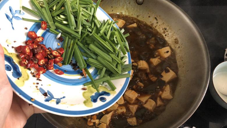 猪血炖豆腐➕红白花开山雨中,加入韭菜小米辣,滑炒断生关火出锅