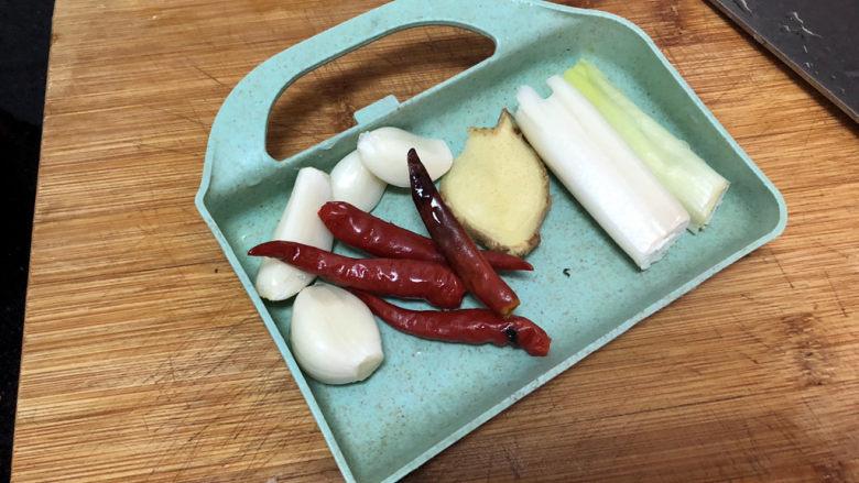 猪血炖豆腐➕红白花开山雨中,蒜剥皮,小米辣葱白姜洗净