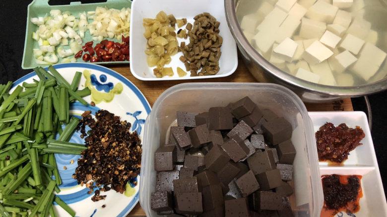 猪血炖豆腐➕红白花开山雨中,全部食材准备好