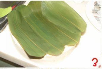 糯米排骨饭,粽叶剪出合适的大小平铺在蒸笼里面