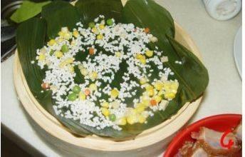 糯米排骨饭,粽叶上面撒一层米粒