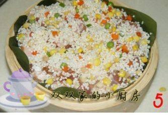 糯米排骨饭,排骨在糯米里面滚一遍,裹上糯米粒,将其平铺在蒸笼上,将剩余的米粒全部铺满,省得浪费