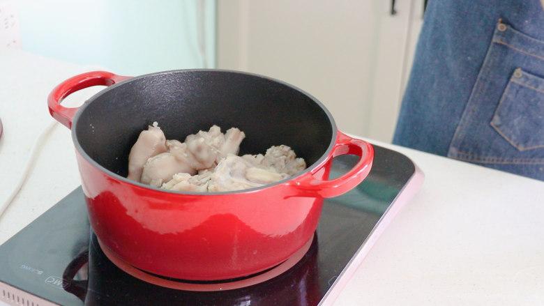 五香卤猪蹄,然后再放入锅中