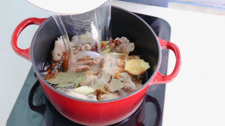 五香卤猪蹄,然后倒入适量的清水  盖上锅盖