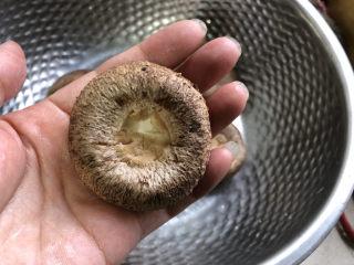 香菇鹌鹑蛋,香菇剪掉根部。