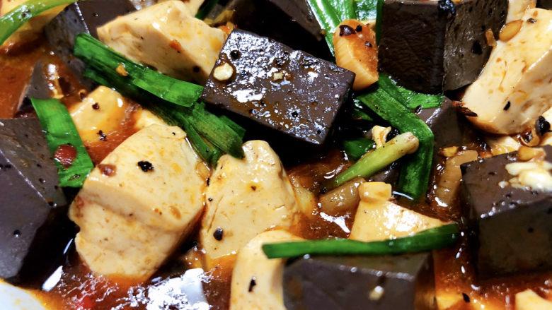 猪血炖豆腐➕红白花开山雨中,这道猪血炖豆腐,做法简单,豆腐猪血滑嫩入味,麻辣鲜香,回味十足,拌米饭吃,简直绝了,哈哈。喜欢的小伙伴们快来试试看吧😄
