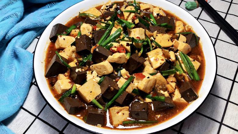 猪血炖豆腐➕红白花开山雨中,成品