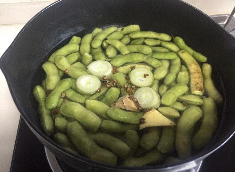 香辣毛豆,锅里放水、葱、姜、<a style='color:red;display:inline-block;' href='/shicai/ 700'>花椒</a>把毛豆煮熟,水开煮五分钟左右就熟了。