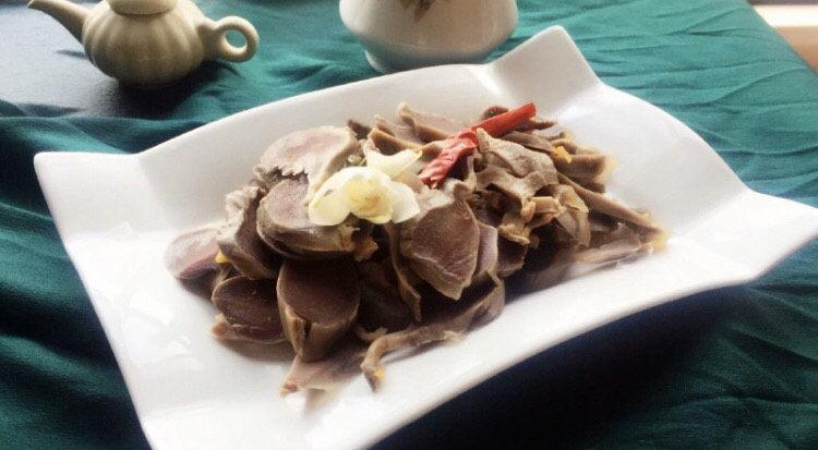 香辣毛豆,鸭胗也一起出品,一下子两个冷菜就完成了。