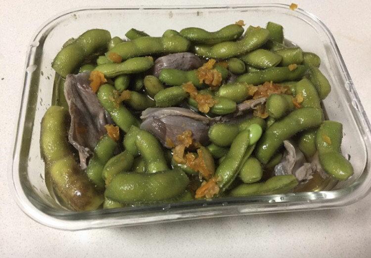香辣毛豆,倒入糟卤,糟卤没过毛豆为准。我还放了几个鸭胗,也是煮熟的。(喜欢辣的多放两个泡椒)