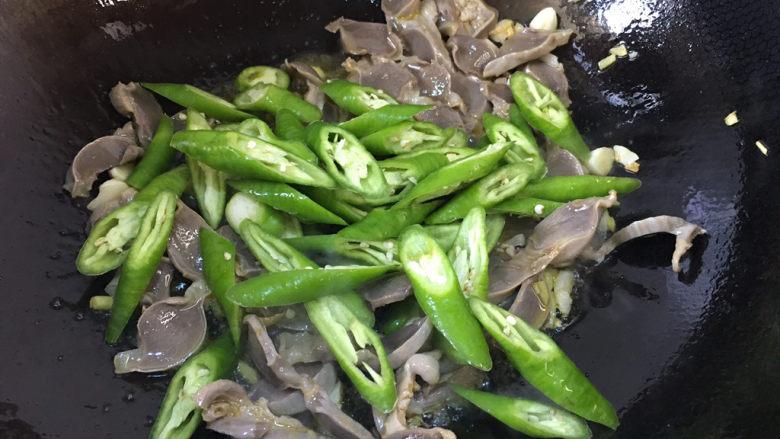 辣炒鸡胗,加入青椒