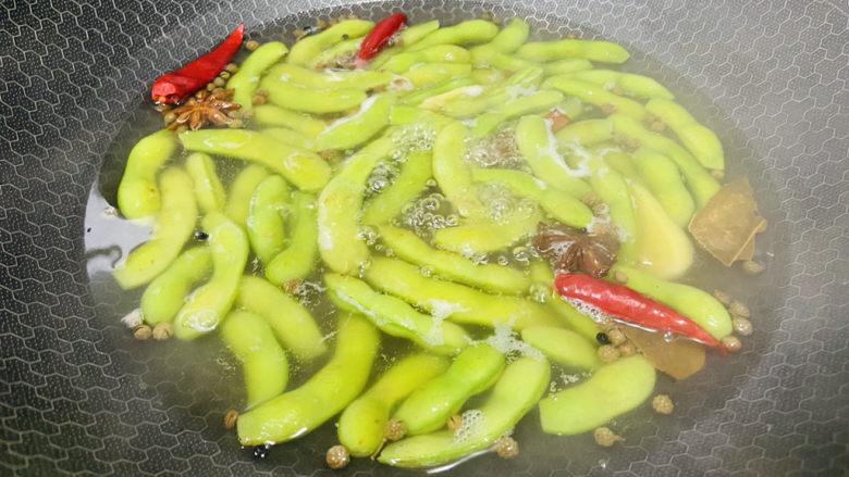 香辣毛豆,大火煮沸转中火烧十分钟