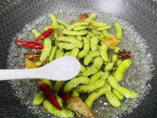 香辣毛豆,加入盐使毛豆翠绿翠绿的