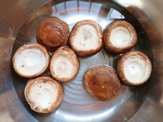 香菇鹌鹑蛋,用淡盐水浸泡一下洗干净。