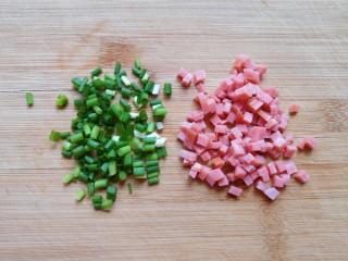 香菇鹌鹑蛋,小葱洗干净切成葱花,火腿肠切成小丁。