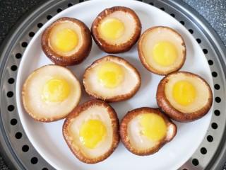 香菇鹌鹑蛋,放入蒸锅大火烧开,转中火蒸6分钟关火(蒸香菇的时间根据香菇的大小决定)。