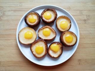 香菇鹌鹑蛋,打入鹌鹑蛋。