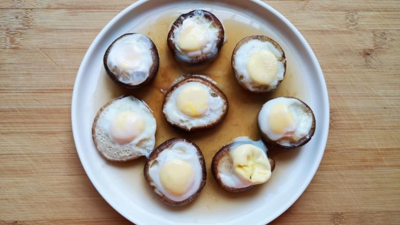 香菇鹌鹑蛋,蒸熟的香菇鹌鹑蛋从蒸锅里取出,将香菇移至另外一个盘子里。