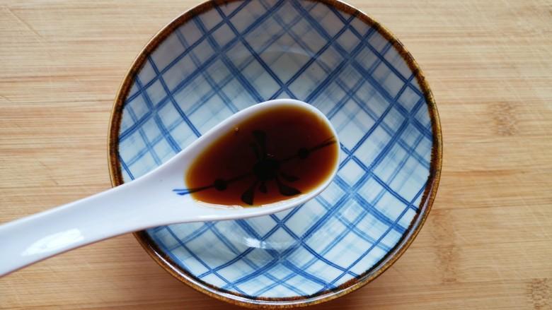 香菇鹌鹑蛋,取一个小碗加入一勺美极鲜味汁。