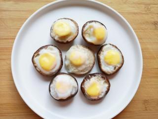 香菇鹌鹑蛋,蒸好的香菇鹌鹑蛋摆在盘子里(8朵香菇被我吃掉了一个)。