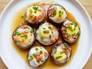 香菇鹌鹑蛋,浇上酱汁,再撒上剩下的火腿肠和小葱。