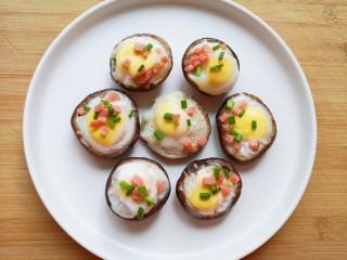 香菇鹌鹑蛋,撒上一半的火腿肠和小葱。