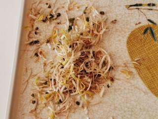 豆芽炒粉条,绿豆芽择掉根部