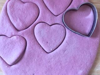 爱心💗小馒头,发酵好后,揉面排气,擀成1厘米厚的薄片,用磨具压成心形