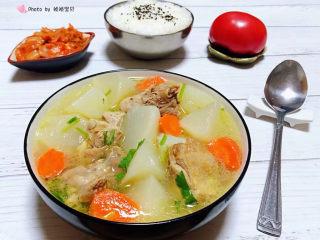 萝卜炖鸭肉,搭配一碗白米饭和辣白菜、水果一起吃就是标配的一餐