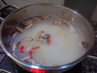 鲜虾干贝鱼片海鲜粥,再放入红辣椒搅拌均匀煮2-3分钟