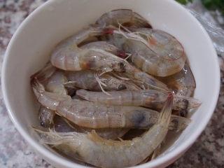 鲜虾干贝鱼片海鲜粥,将鲜虾洗干净备用
