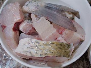 鲜虾干贝鱼片海鲜粥,准备草鱼,切成块(建议鱼头另外煮汤哦)