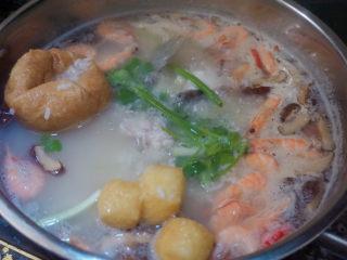 鲜虾干贝鱼片海鲜粥,加盐焖煮5-6分钟,加入香菜,即可出锅~