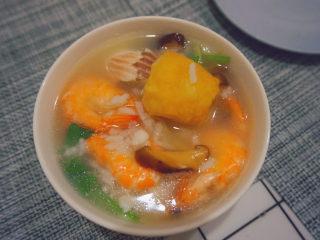 鲜虾干贝鱼片海鲜粥,鲜美可口的海鲜粥就可以吃啦,赶紧试试吧^_^