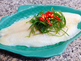 清蒸龙利鱼,浸泡好的葱丝和小米辣摆在龙利鱼上面