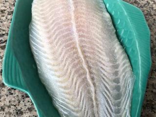 清蒸龙利鱼,龙利鱼均匀的撒上盐和料酒按摩均匀