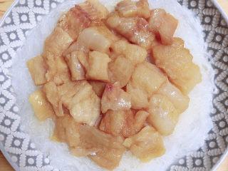 清蒸龙利鱼,将腌制好的鱼放在粉丝上。