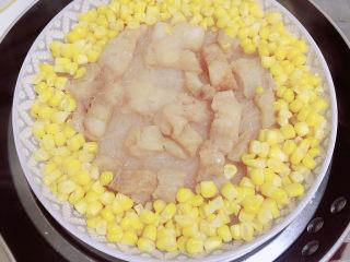 清蒸龙利鱼,锅中放水,将盘子放入蒸锅中。大火蒸10分钟,鱼就蒸好了。