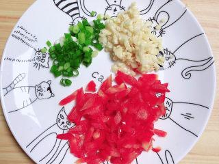 清蒸龙利鱼,切好配菜待用。