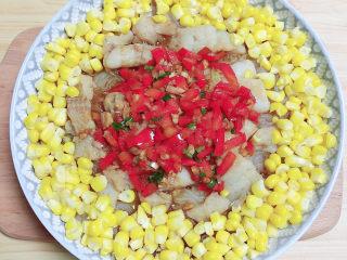清蒸龙利鱼,将爆锅的酱汁倒在鱼上。