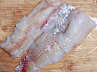 清蒸龙利鱼,准备将鱼切块儿待用。