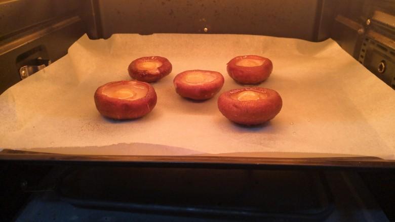 香菇鹌鹑蛋,放入烤箱180度,烤8分钟(需要预热的烤箱,提前预热,烤箱温度,按自家烤箱脾气,特定)