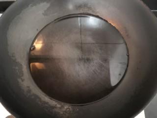 豆芽炒粉条,上锅,加水,大火烧煮