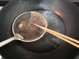 豆芽炒粉条,粉条,焯水断生后,捞出