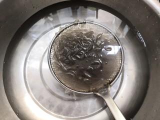 豆芽炒粉条,捞出的粉条,放冷水中,过凉