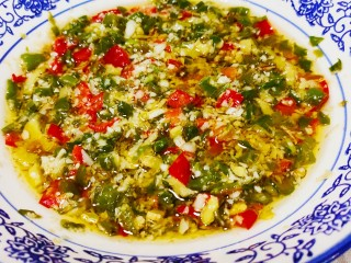 香菇鹌鹑蛋,准备辣椒酱(这个是上午熬制的蒜泥尖椒酱)