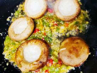 香菇鹌鹑蛋,倒入香菇,继续翻炒