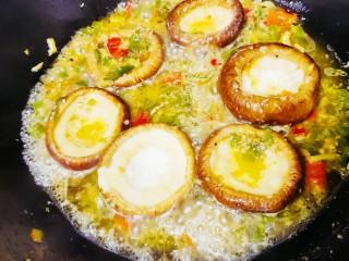 香菇鹌鹑蛋,加入适量的水,煮1分钟