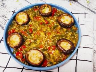 香菇鹌鹑蛋,将剩下锅中的酱倒入盘中