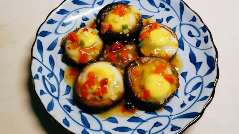 香菇鹌鹑蛋,浇到蒸好的蘑菇鹌鹑蛋上